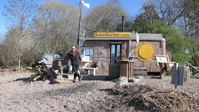 """Photo: Loch Ness (cabane de Steven qui fabrique des """"Nessie"""")"""