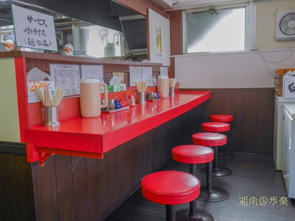 ラーメン海家 カウンターが5席、テーブルが3卓のこぢんまりとした空間である