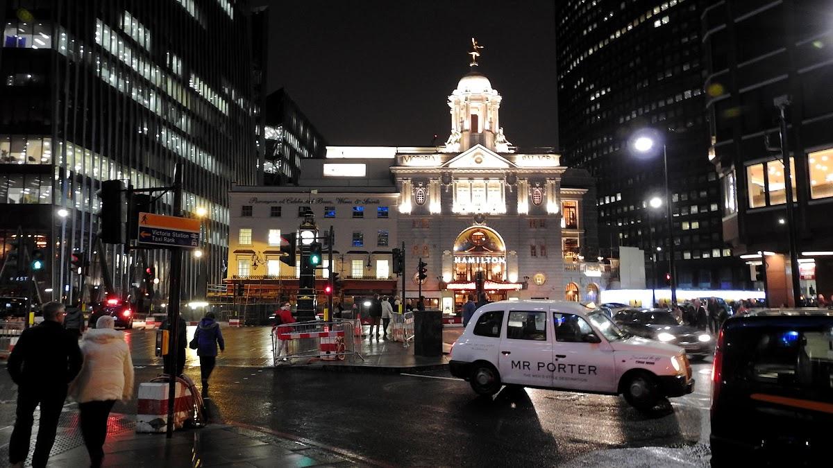 Фото лондонского калеса обазрения с флагом лондонского арсенала