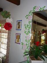 Photo: Espelho ladeado por ramagens e flores pintados na parede.  http://celiamartins.blogspot.com/