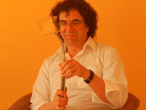 Photo: Reinhard Kreisl mit dem Metatron-Lichtstab