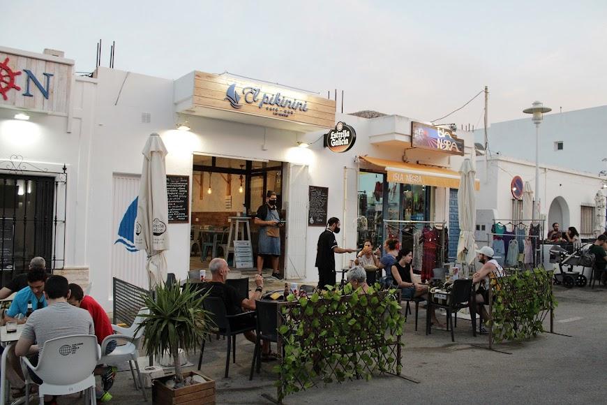 Numerosos veraneantes disfrutando de las terrazas de los establecimientos hosteleros de Las Negras.