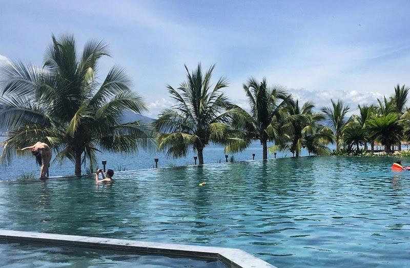 Hồ bơi vô cực ở Amiana Resort có view hướng về đại dương xanh thẳm.