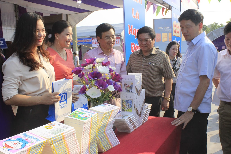 Các đại biểu tham quan gian trưng bày tại ngày hội đọc sách