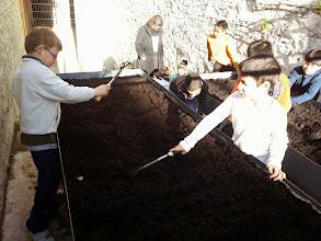 Photo: Fertilitzem la terra del nostre hort.