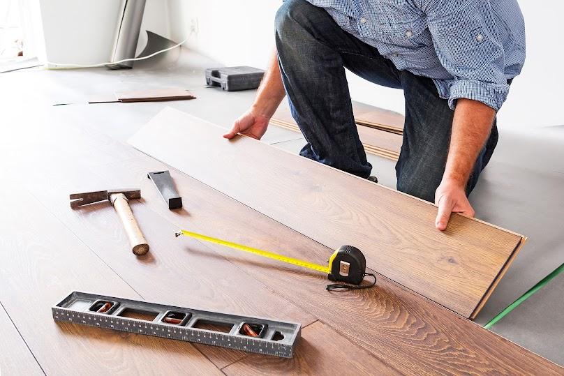 Układanie paneli podłogowych musi odbywać się na dobrze przygotowanym podłożu.
