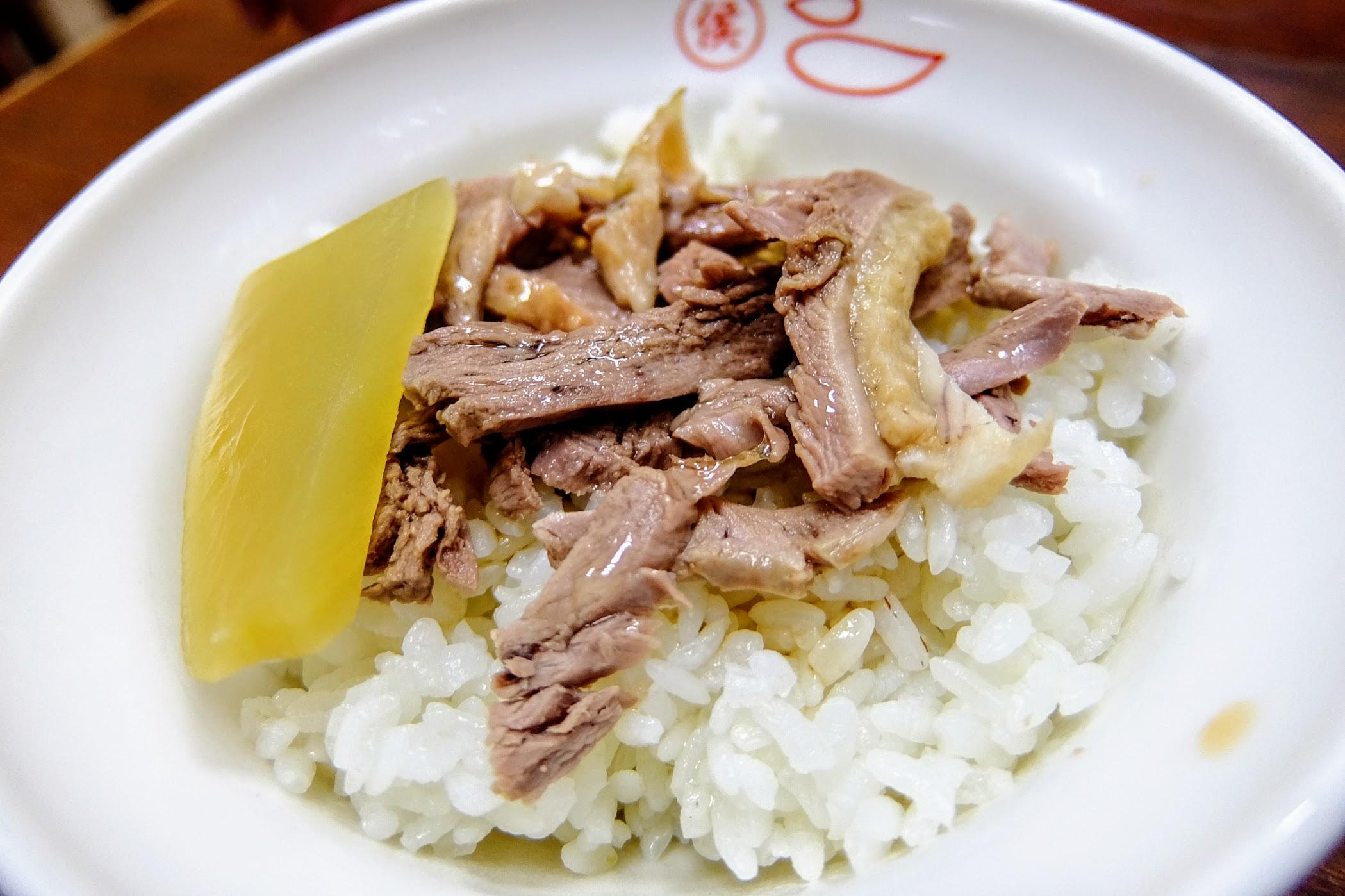 鴨肉飯,上面的鴨肉是帶皮帶肉的,鴨肉份量不多,湯汁則是給得多,略帶點鹹味