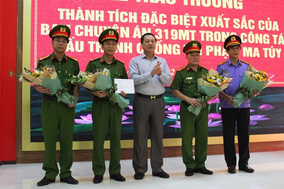 Đồng chí Lê Minh Thông, Phó Chủ tịch UBND tỉnh tặng hoa chúc mừng Ban chuyên án