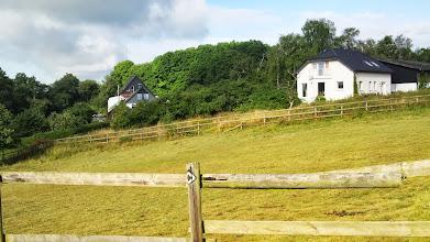 Photo: Die Häuser Nr. 65 und 67 an der dahinter liegenden Straße ,Wolfskuhler Weg' gesehen von dem Wanderweg mit der Rauten-Kennung (siehe Zaunpfahl).