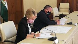 La delegada y el alcalde firmando el convenio.