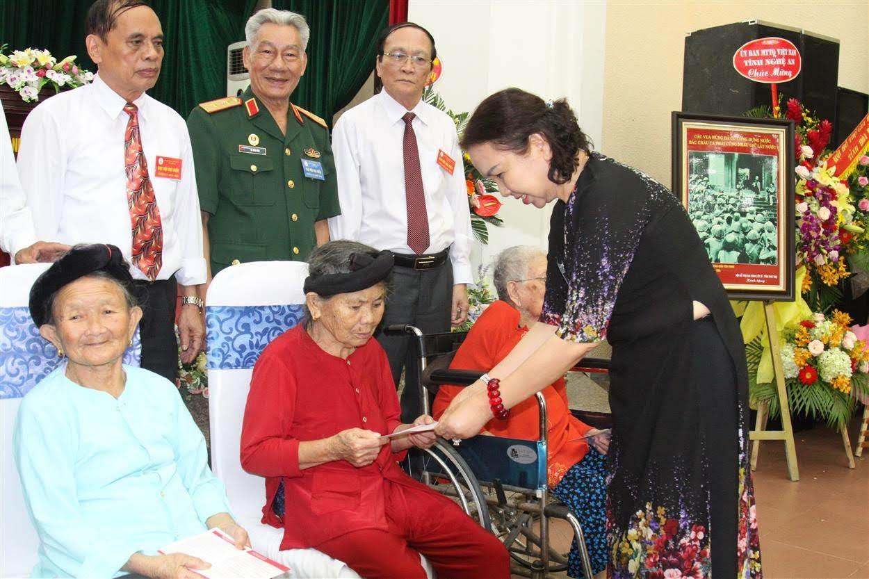 Trao tặng quà cho 5 mẹ Việt Nam anh hùng và 5 thân nhân liệt sỹ