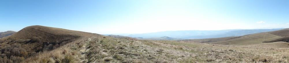 Photo: Panorama z Grzbietu Kartalinia. Od lewej (na wschodzie): koty 1892 i 1861 na tym grzbiecie, Grzbiet Bedeni, grzbiet bez nazwy na zachód od Manglisi i Pasmo Abul-Samsarskie (ledwo widoczne, na południowym zachodzie).