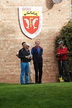 Photo: Unter dem neuen Wappen am Clubhaus: Warten auf die Startfreigabe