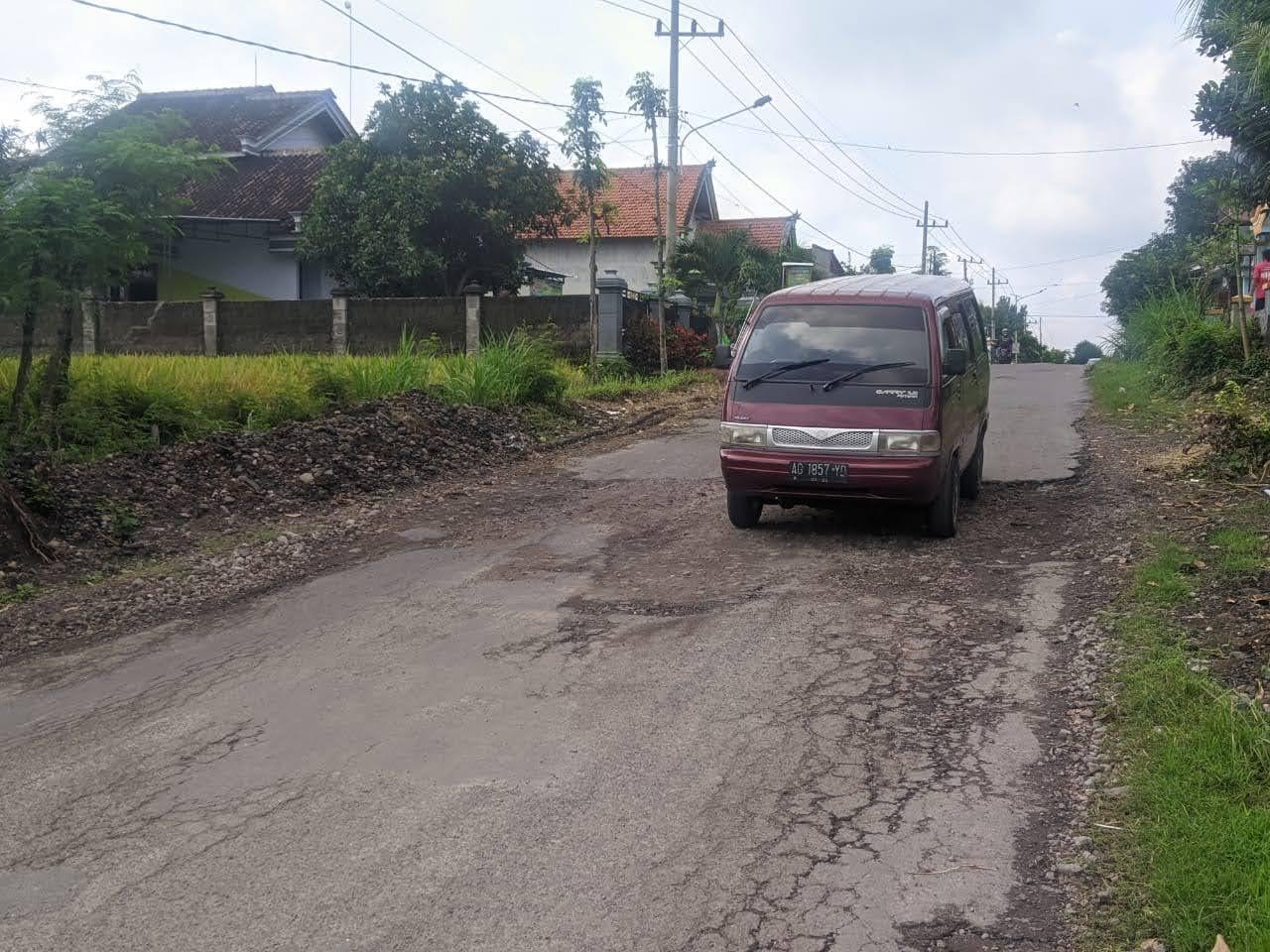 Ruas Jalan Penghubung Tladan-Lembeyan Rusak