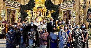 Las damas camareras de la Virgen del Mar ante la Patrona.