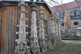 Photo: Gotické fiály na dvoře katedrály čekají na restauraci.