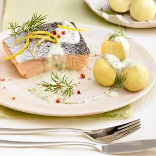 Lachsfilet in Kräuter-Weißweinsoße.
