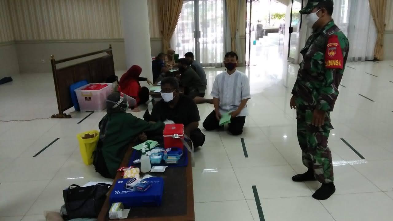 Babinsa Jayengan Sosialisasikan Penerapan Edukasi PPKM Pada Acara Donor Darah di Masjid Fatimah
