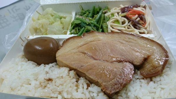 蜀菜小館【控肉飯】70元這塊肉根本是頂級的~第一次看到控肉長的這麼強.那個油脂跟厚度
