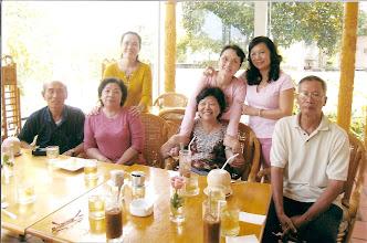 Photo: Từ trái sang: Thầy Công & phu nhân, Cô Vàng & Thầy Thoai. ( hàng sau ) : Từ trái sang: Sương, Tuyết, Nguyệt