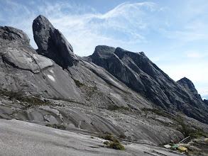 Photo: Chatka vpravo dole je poslední přístřešek na cestě k vrcholu