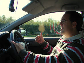 Photo: De vuelta al caótico y desconcertante mundo de conducir por la izquierda con los mandos del coche al reves.
