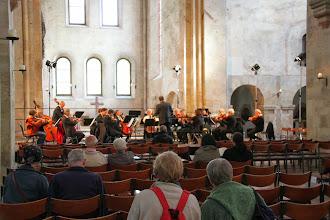 Photo: Et symfoniorkester fra Wismar skulle spille koncert senere på dagen. Her øver de.