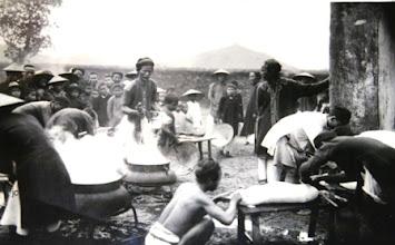 Photo: Bộ phận bếp của vua đang làm thịt và nấu các món từ dê, lợn, bò sau lễ