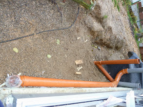 Photo: Rohre wurde verlegt um auch vom Gewächshaus das Wasser dann später in der Zisterne einzufangen.