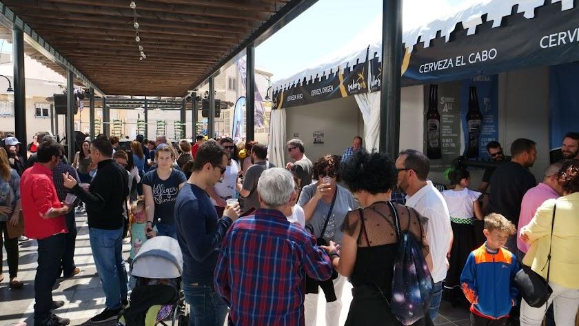 Imagen de la IIFeria de la Cerveza Artesana en Roquetas de Mar con gran cantidad de asistentes.