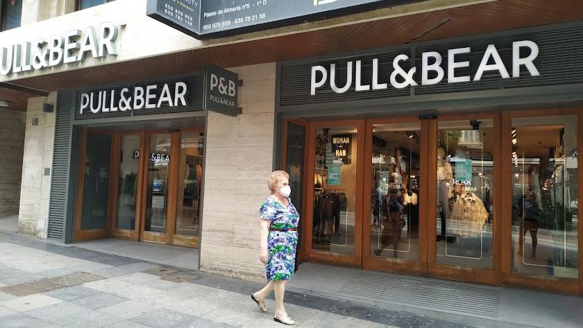 Cierra \'Pull&Bear\' en el Paseo de Almería.
