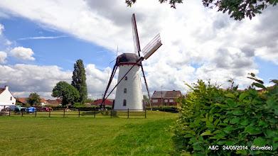 Photo: In 1798 werd door Pieter Cornelis Genbrugge opdracht gegeven tot het bouwen van de stenen windmolen in het noorden van de dorpskern. Men besloot ook tot het optrekken van een rosmolen en van een woonhuis in de onmiddellijke nabijheid. De naam P.C. Genbrugge komt voor op een zandsteen op de rosmolen. De molenmaker was waarschijnlijk Fredericus Pisonier uit Sleidinge. Dit leidt men af uit de vermelding F P 1799 in de zijkant van de maalgoot.