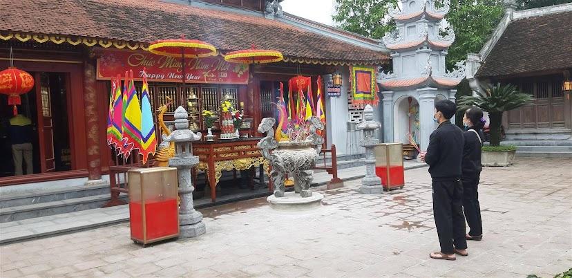 Lác đác vài người đến hành lễ tại đền Hồng Sơn