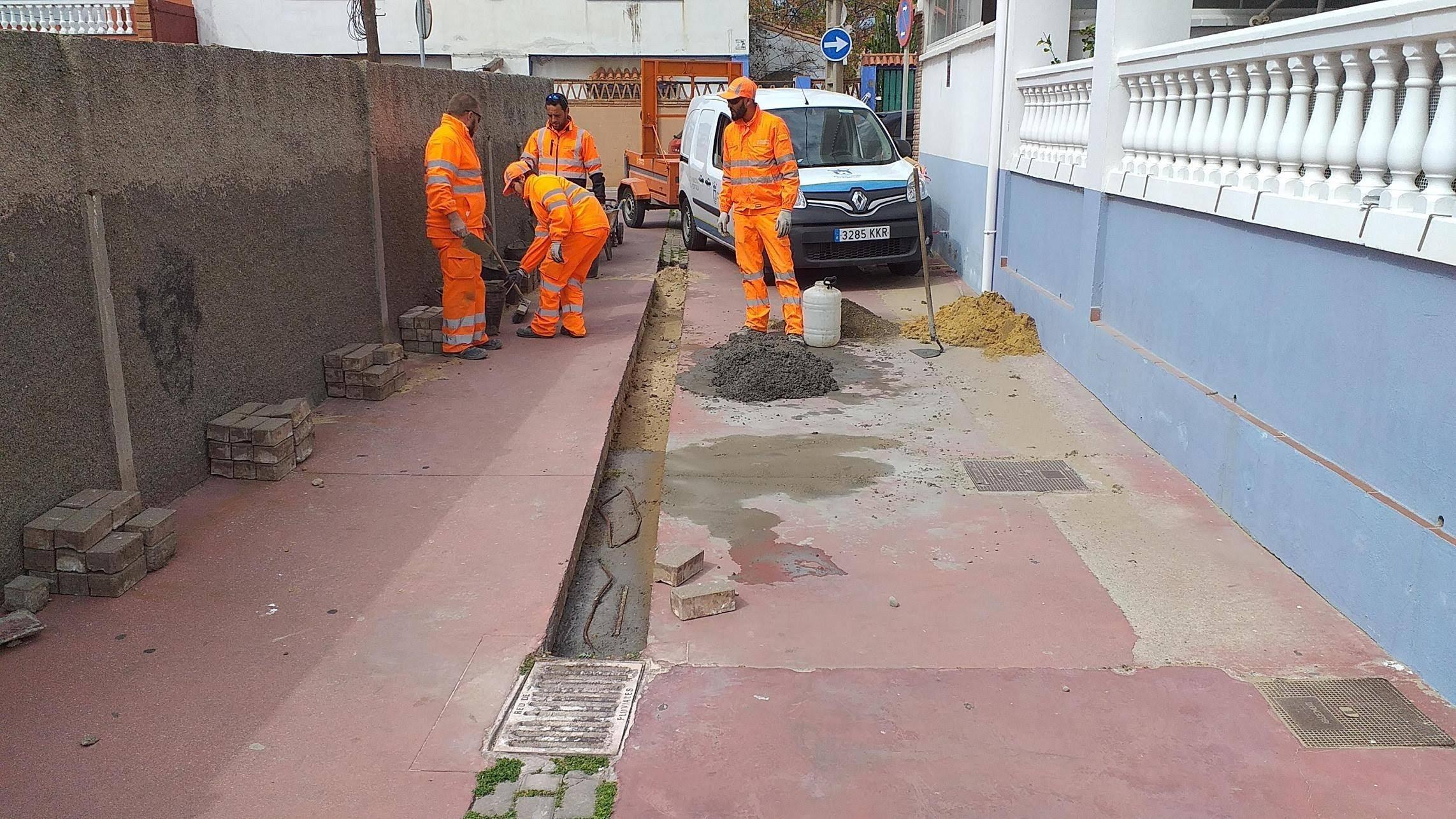 La Brigada de Obras restituye canaletas de conducción de pluviales en el Rinconcillo