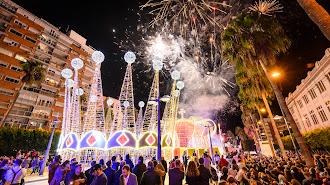 Las coronas de los Reyes Magos ya están iluminadas.