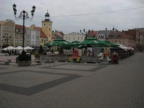 Photo: Przejeżdżam przez rynek powstały podczas lokacji miasta w XIII i XIV na miejscu dawnego stawu. Niegdyś zabudowania były drewniane. Dopiero pod koniec XVII w. pojawiły się murowane budynki. Obecne kamienice pierzei północnej i zachodniej (na zdjęciu) pochodzą w większości z XIX w. http://pl.wikipedia.org/wiki/Rynek_w_Rybniku