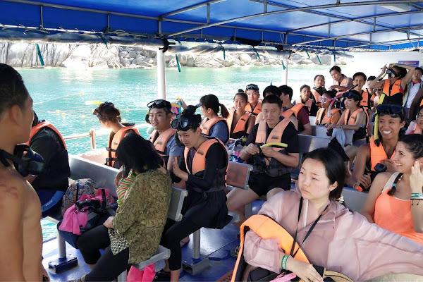 Switch to escort boat on Koh Nangyuan