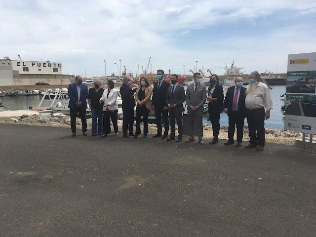 Representantes institucionales y del sector pesquero frente al nuevo dique.