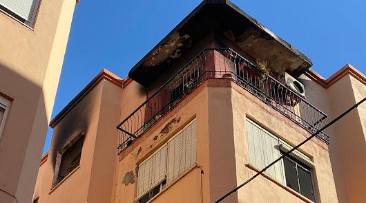 Espectacular incendio en una vivienda de la calle Encinas