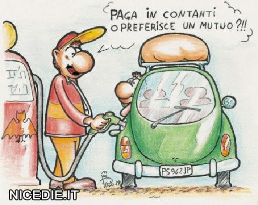 un addetto rifornisce di benzina e chiede al conducente: paga in contanti o preferisce un mutuo?