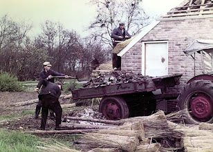 Photo: Rieks Oosting op dak, verder Geert en Willem Niemeijer, 't Wit 4