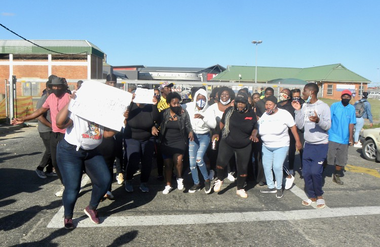 Unemployed youths threaten to shut shopping mall - TimesLIVE