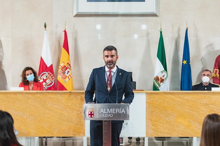 Antes del comienzo del acto en el Salón de Plenos del Ayuntamiento de Almería.