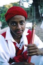 Photo: Integrante de uma das guardas de Moçambique convidadas para a festa repousa no intervalo entre as reverências e o almoço. Em suas mãos segura firme o bastão, símbolo de força e poder.