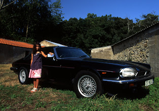 Photo: Natacha posant devant la Jaguar de grand-père