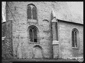 Photo: Der schiefe Turm der Dorfkirche Friedrichshagen im Jahre 2015. Die dringende Turmsanierung begann und endete im Jahre 2013.