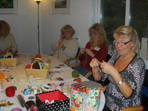 Photo: Workshop i att sticka snoddar och yllesmycken