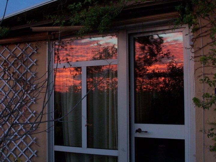 alba riflessa in una porta di vetro di paolodrum
