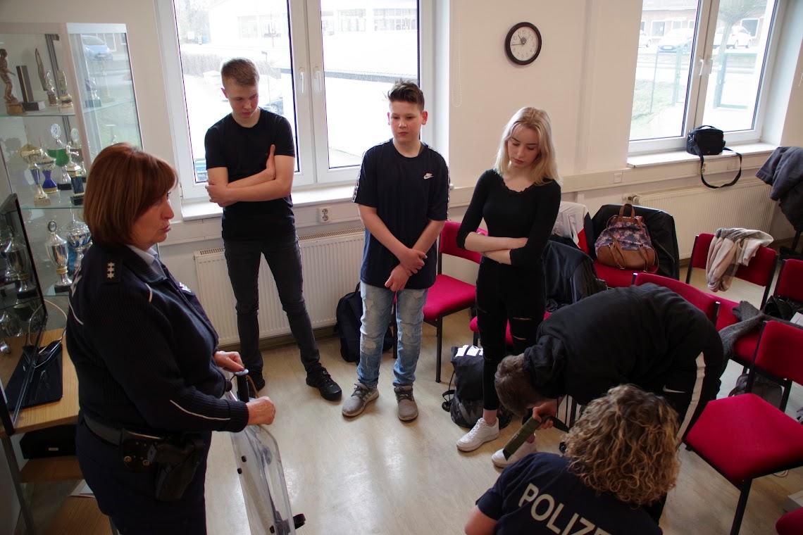 PHK Karin Schenk (li.) und ihre Kollegin PHM Sandra Splett erklären die persönliche Schutzbekleidung. Foto: Andreas Schwarze (asc)