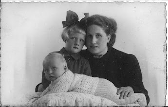 Photo: Mijn moeder:   Maartje en Wim  zijn in de Zuiderstraat geboren.